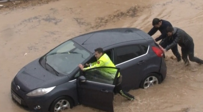 İzmir'de araçlar selde mahsur kaldı; yardımına polisler koştu