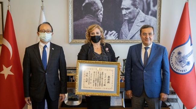 Başkan Batur'dan Başkonsolos ödülü!